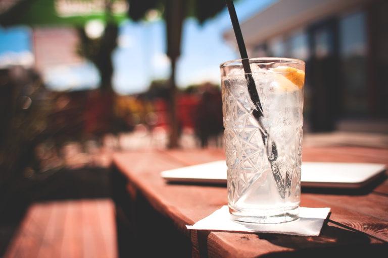 drank catering op locatie met glas gin tonic